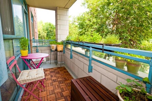 Kleinen Balkon Sommerlich gestalten Möbel Laterne Sitzkissen